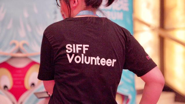 """上影节的志愿者们:有的人""""很幸运"""",还有人""""如履薄冰""""……"""