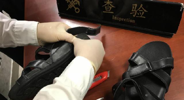 """拖鞋夹层里藏了609.75克可卡因,上海海关查获一起""""拖鞋藏毒""""走私毒品案"""