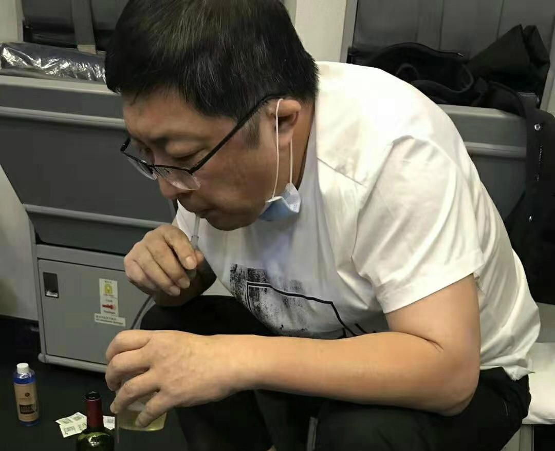 南航飞往美国航班上,医生乘客为机上七旬患病老人吸出约800毫升尿液,让老人转危为安!